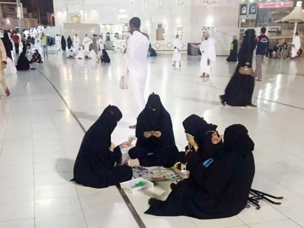 मक्का की मस्जिद में महिलाएं खेल रही थी कार्ड्स, तस्वीरें वायरल, मचा बवाल