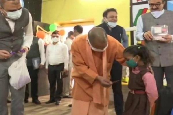 CM योगी ने प्राइमरी स्कूल का किया निरीक्षण, बच्चों को दी चॉकलेट