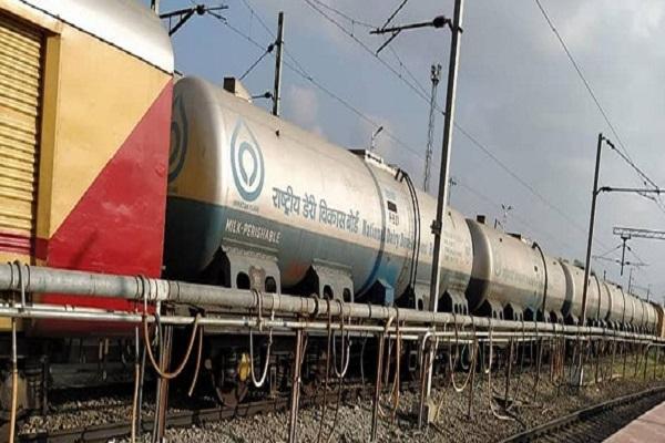 दूध दुरंतो स्पेशल ट्रेन ने बनाया नया कीर्तिमान, दिल्ली में अब तक 7 करोड़ लीटर से ज्यादा दूध पहुंचाया