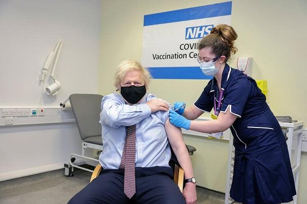 ब्रिटेन के प्रधानमंत्री बोरिस जॉनसन ने लगवाई एस्ट्राजेनेका की कोरोना वैक्सीन