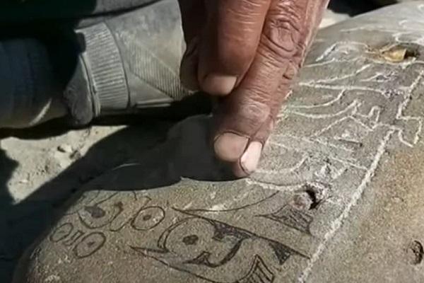 लेह में पत्थरों पर मंत्र की नक्काशी कर अपनी कला को संरक्षित करने में जुटे ग्रामीण