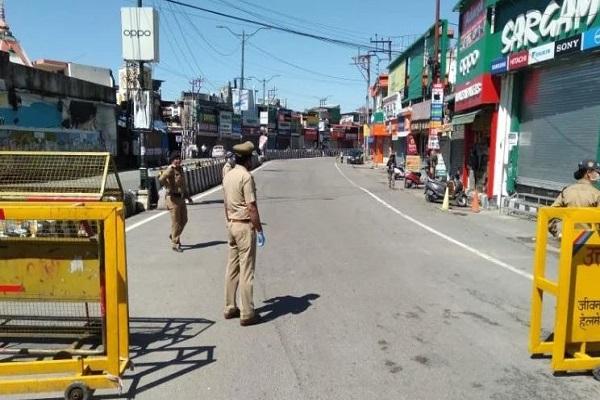 उत्तराखंड में आज कोविड कर्फ्यू, बेवजह घूम रहे लोगों पर पुलिस ने दिखाई सख्ती
