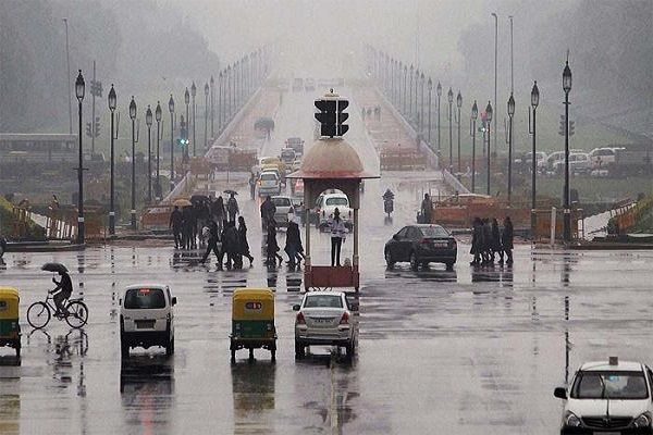 मौसम ने बदला मिजाज, दिल्ली में तड़के सुबह आंधी और बारिश
