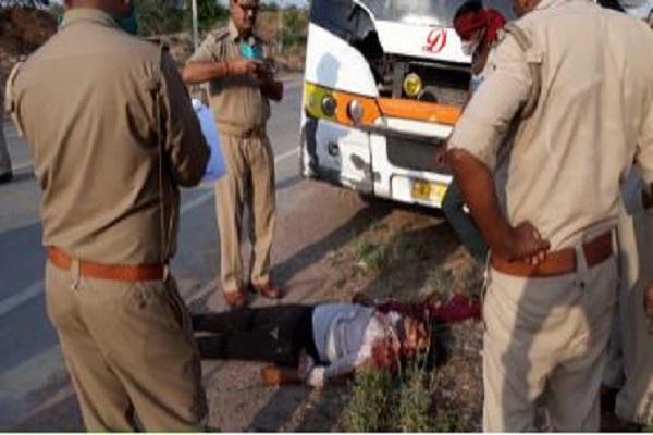 खड़ी बस में अनियंत्रित ट्रक ने मारी टक्कर, 2 यात्रियों की दर्दनाक मौत