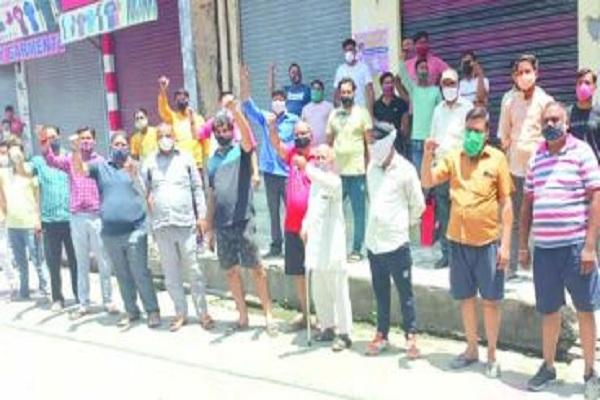 उत्तराखंड में कोरोना महामारी के कारण व्यापारियों का हाल-बेहाल, सरकार के खिलाफ किया जमकर प्रदर्शन