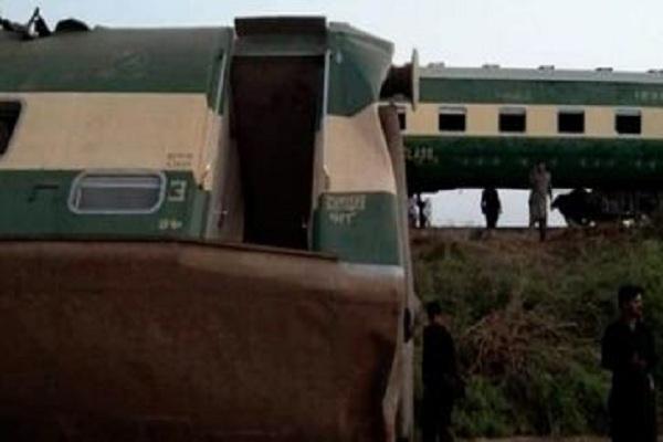पाकिस्तान में हुआ बड़ा रेल हादसा, 30 से अधिक यात्रियों की मौत, 50 से अधिक यात्री घायल