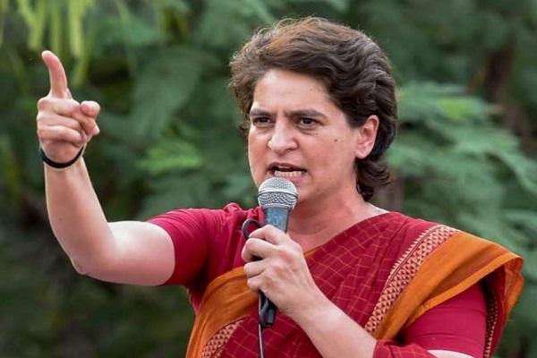 कांग्रेस महासचिव प्रियंका वाड्रा दिल्ली से शिमला के छराबड़ा पहुंचीं