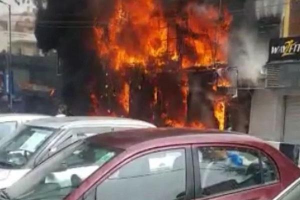 दिल्ली के लाजपत नगर के सेंट्रल मार्केट की एक दुकान में लगी आग, मौके पर दमकल की गाड़ियां