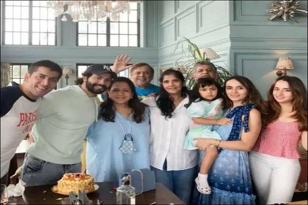 वरुण धवन ने वाइफ और पूरे परिवार के साथ मनाया मां करुणा का बर्थडे, सामने आई तस्वीर