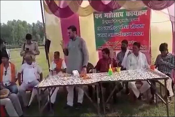 BJP विधायक के बिगड़े बोल, वीर विक्रम सिंह का वीडियो वायरल, ग्रामीण लाइट लगवाने की कर रहा था फरियाद, विधायक ने वोट दिए जाने का मांगा सबूत