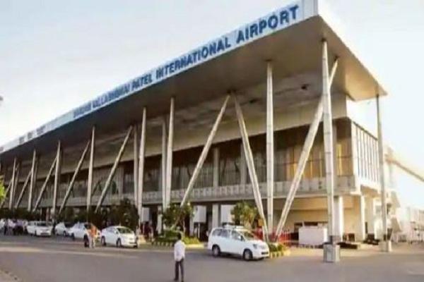 'अडानी एयरपोर्ट' पर भड़की शिवसेना, कार्यकर्ताओं ने की तोड़फोड़