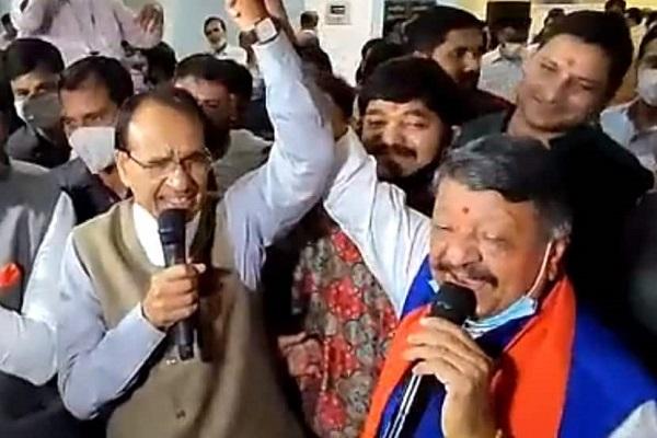 विजयवर्गीय की 'भुट्टा पार्टी': जब सीएम शिवराज-कैलाश विजयवर्गीय ने मिलकर गाया - ये दोस्ती हम नहीं तोड़ेंगे; देखें VIDEO