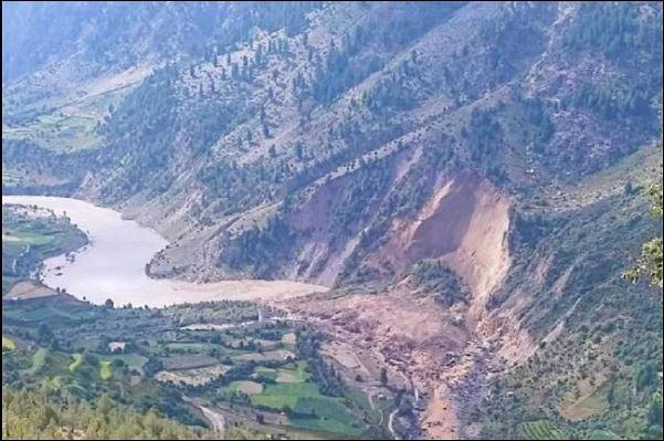 प्रकृति का कहर, हिमाचल प्रदेश में एक और लैंड स्लाइड, जसरथ और तंडग गांव में लोग अपनी जान बचाने को मजबूर