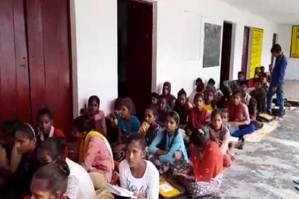 सरकारी स्कूल में कोरोना नियमों की उड़ाई जा रही धज्जियां, बिना मास्क और सोशल डिस्टेंसिंग के संचालित की जा रही है कक्षाएं
