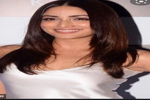 अभिनेत्री Yami Gautam ने रेड मैक्सी में शेयर की तस्वीर, कीमत जान उड़ेंगे होश