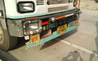 इलाहाबाद: घूरपुर में ट्रक के नीचे दबने से महिला की हुई मौत, इलाज के लिए जा रहीं थी अस्पताल